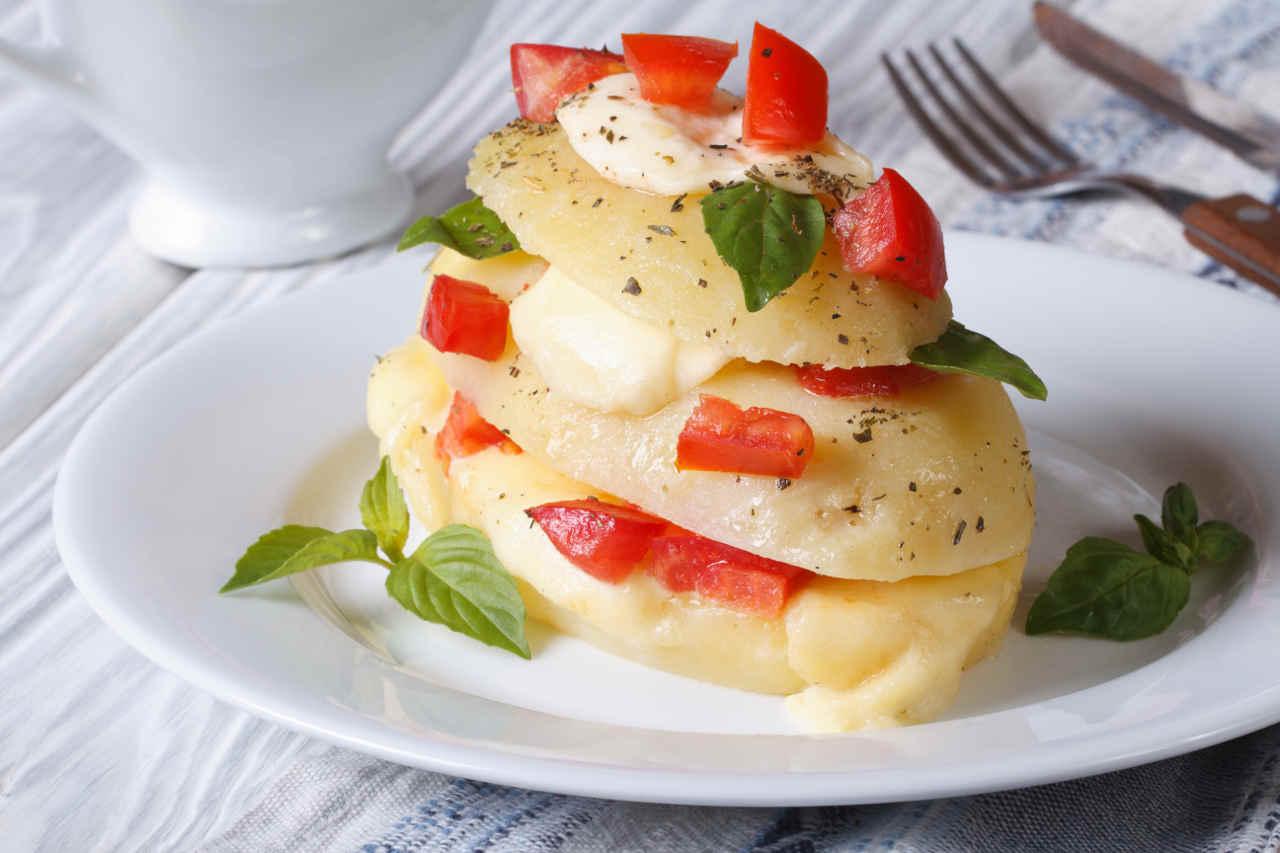 Millefoglie di rosti di patate Selenella, mozzarella di bufala e pomodoro candito - Ricette Selenella