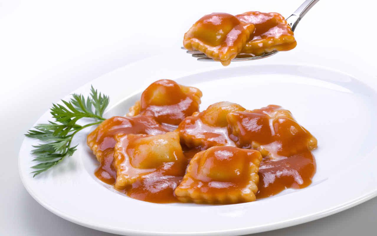 Ravioli di patate con stracotto di manzo e salsa al vino rosso - Ricette Selenella