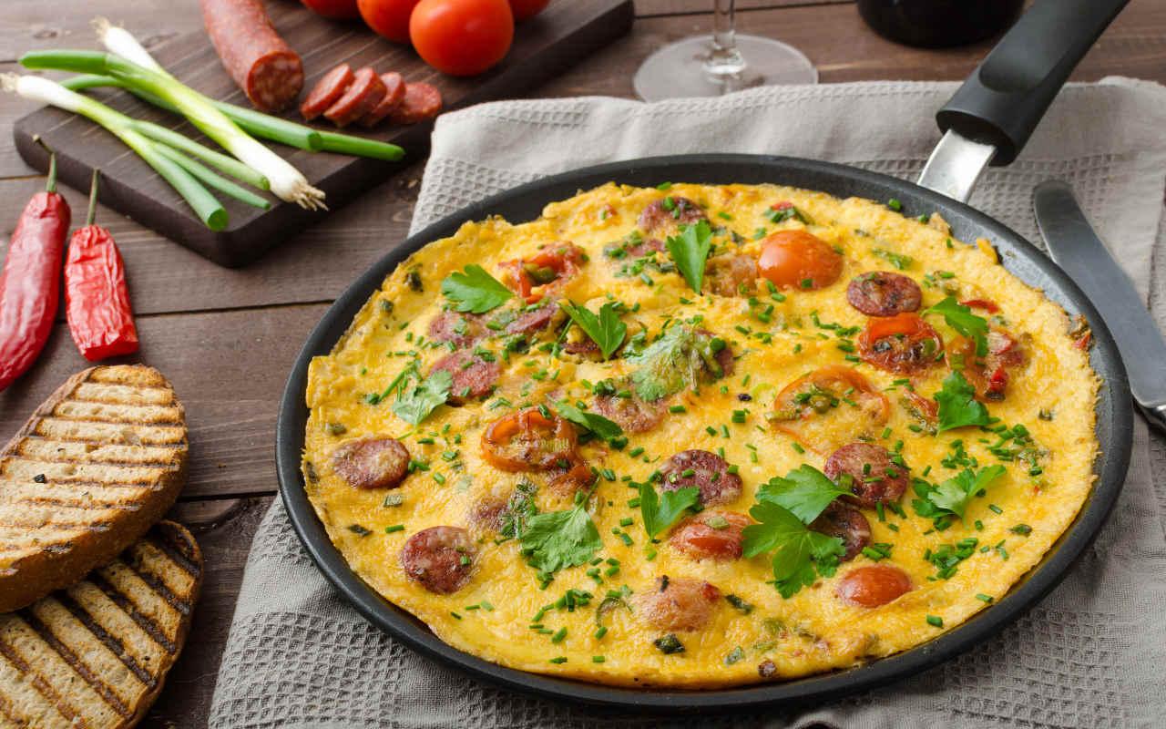 Frittata di patate Selenella, porri e salsiccia piccante - Ricette Selenella