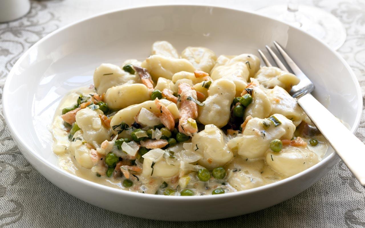 Gnocchi di patate topinambur piselli e salmone - Ricette Selenella