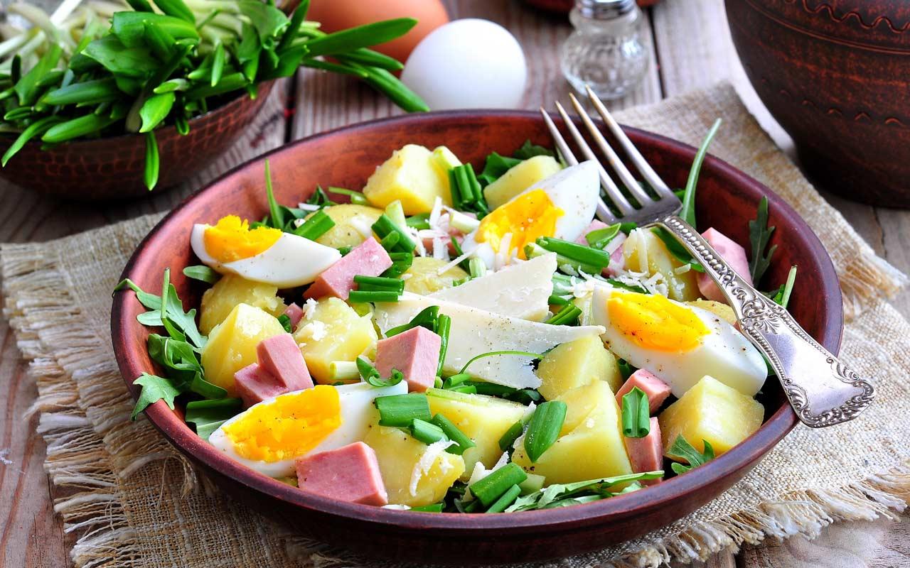 Insalata estiva con patate, uova e prosciutto - Ricette Selenella