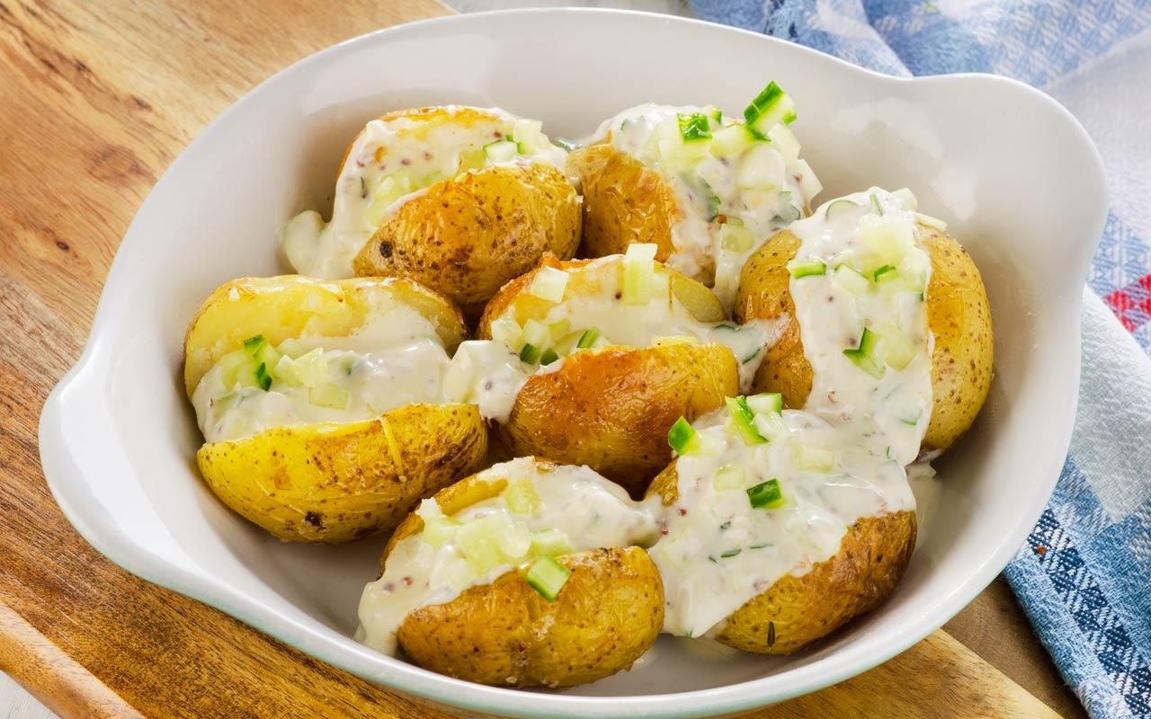 Patate al forno con salsa all'erba cipollina - Ricette Selenella