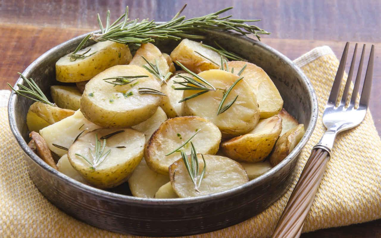Patate novelle al rosmarino e sale grosso - Ricette Selenella