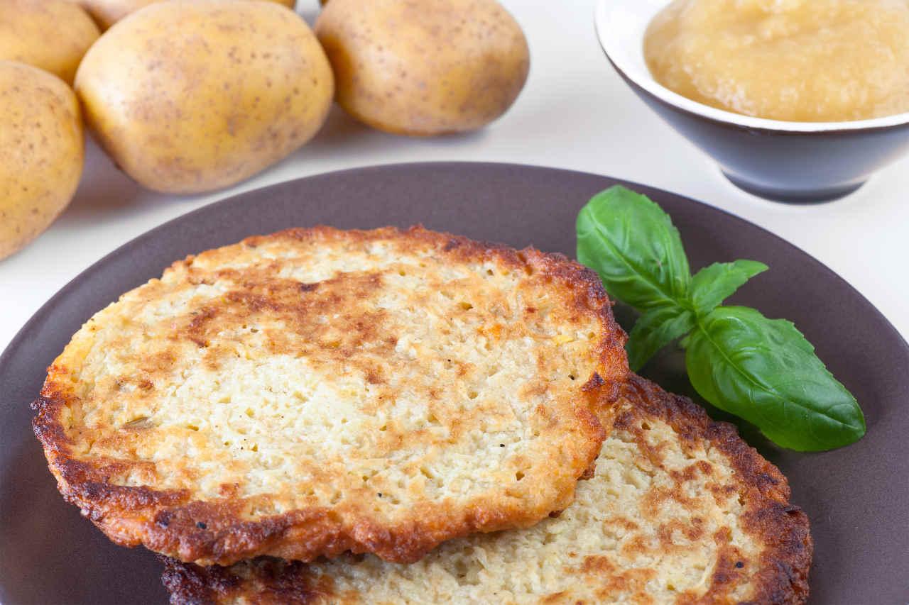 Toast di patate con purea di broccoli e acciuga con zuppetta di acqua di mozzarella - Ricette Selenella