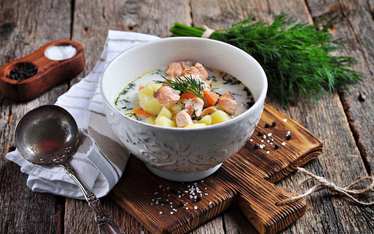 Vellutata di patate, capperi, uova di salmone e cerfoglio - Ricette Selenella