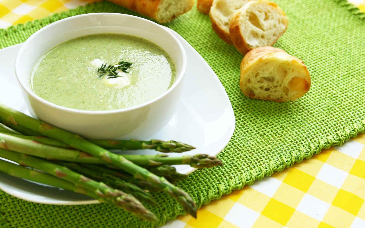 Vellutata di asparagi e pinoli - Ricette Selenella