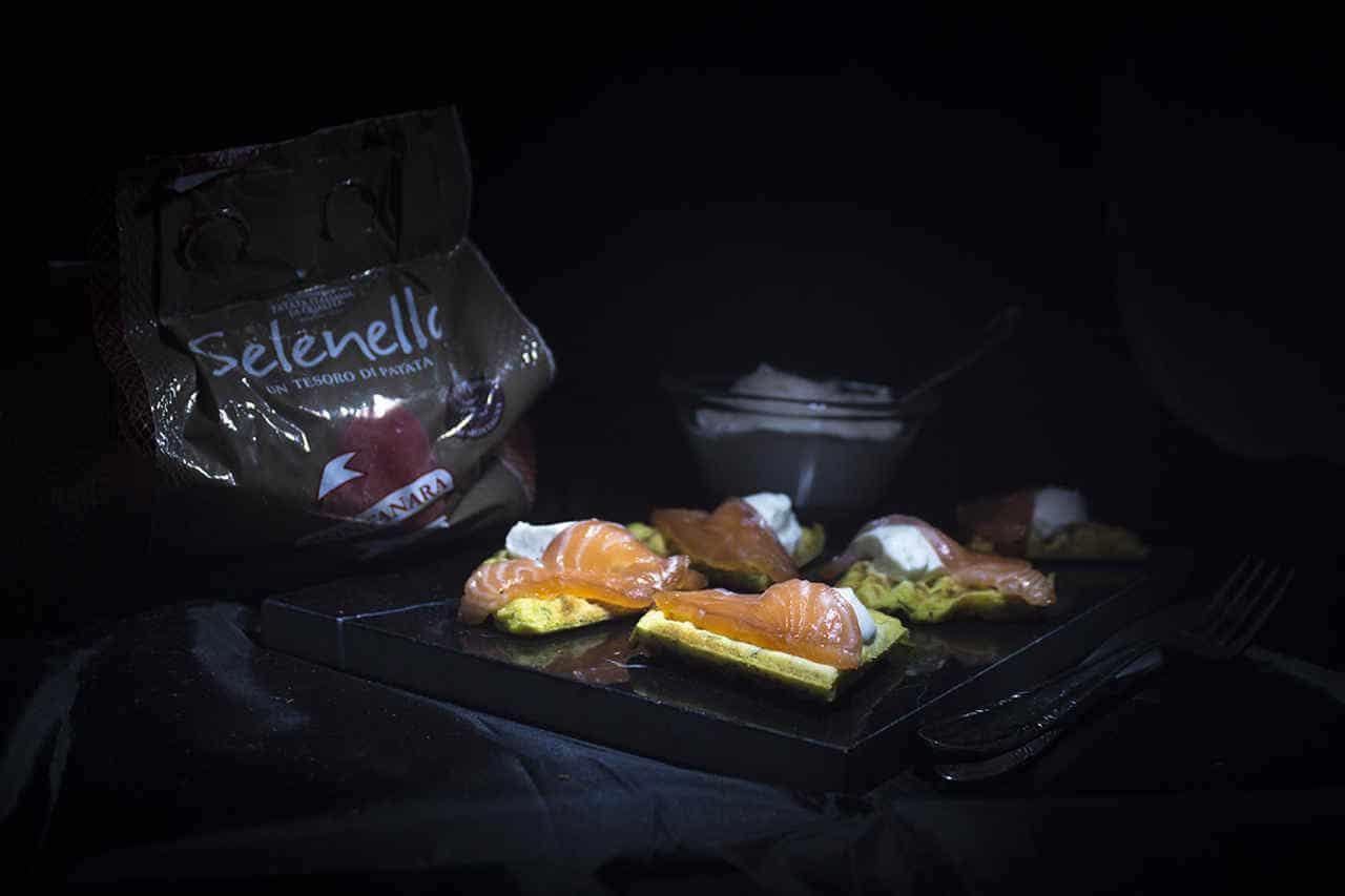 Waffle di patate con salmone e finta maionese al sesamo di Lisa Corsoni - Ricette Selenella