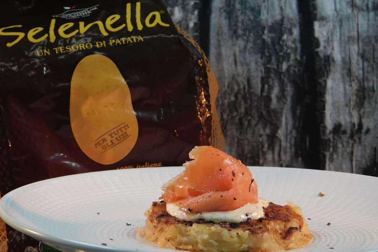 Mini rosti di patate con robiola e salmone affumicato di Luciana Molino - Ricette Selenella