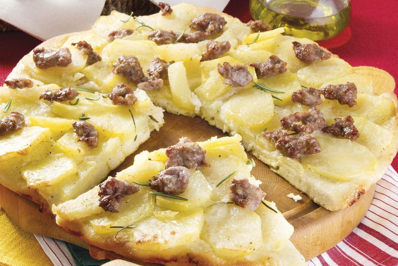 Pizza morbida con patate e salsiccia - Ricette Selenella
