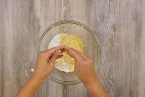 Impastare la farina con le patate e il lievito