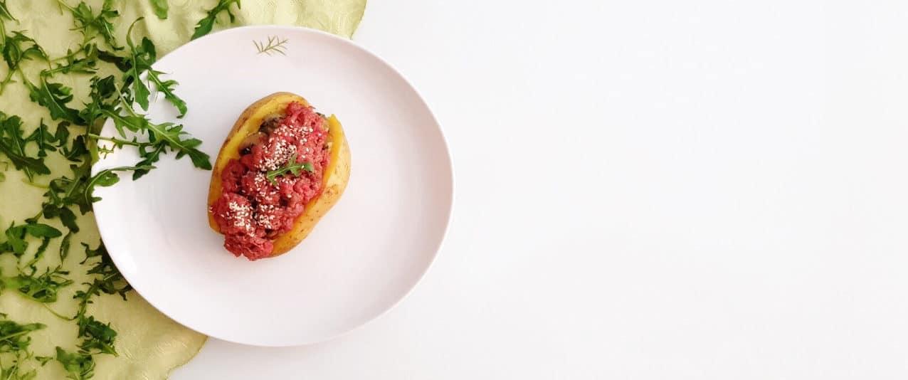 Patata ripiena di battuta di fassona e champignon trifolati - Ricette Selenella