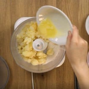 Preparazione torta alle patate e mandorle Selenella