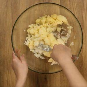 Preparazione torta di patate e mandorle Selenella