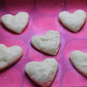 Usate le formine per dare forma ai biscotti