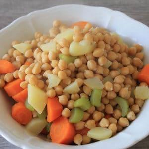 Bollire i ceci, le patate e le carote