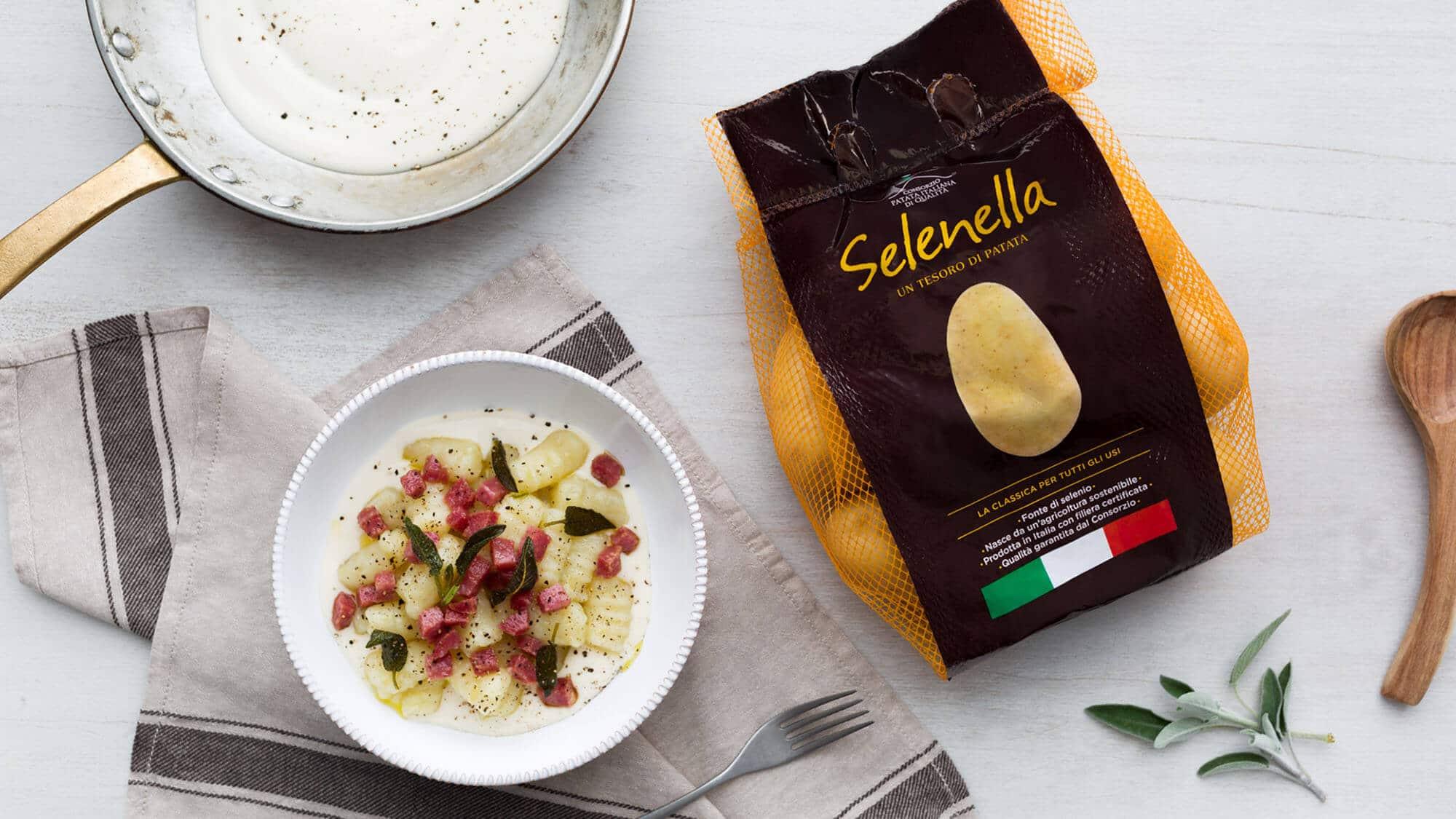 Gnocchi di patate con fonduta ai 4 formaggi e salame spadellato - Ricette Selenella