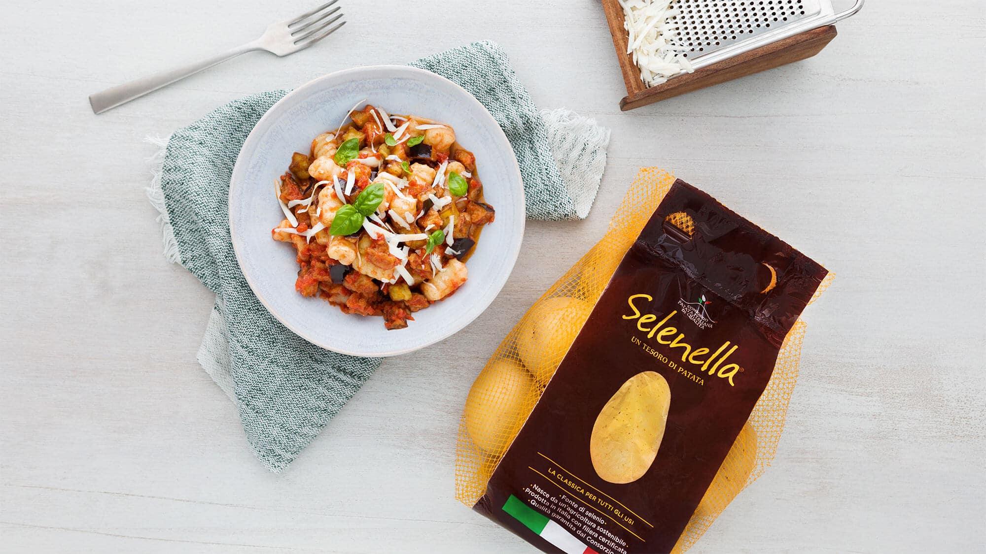 Gnocchi di patate con sugo alla norma di melanzane - Ricette Selenella